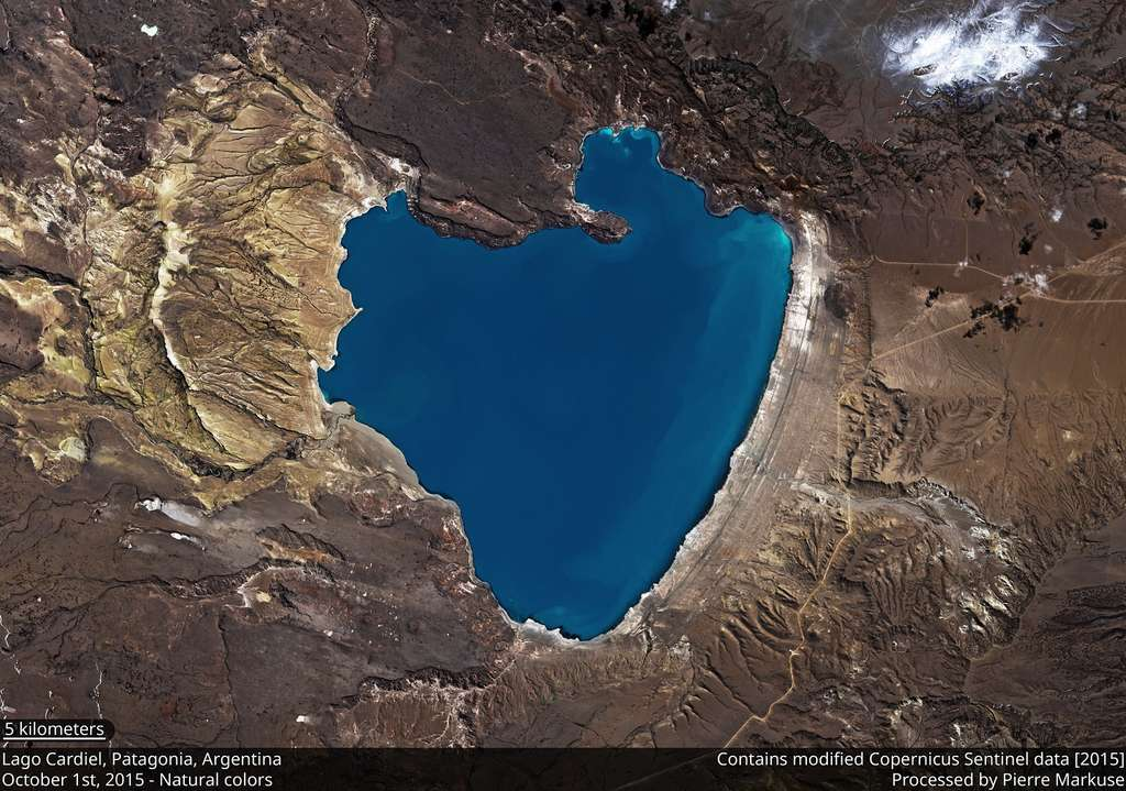 Un cœur bleu, pour changer ! Le lac Cardiel en Patagonie argentine en vraies couleurs, vu par le satellite Sentinel 2 © Contains modified Copernicus Sentinel data (2018), processed by Pierre Markuse, CC By 2.0
