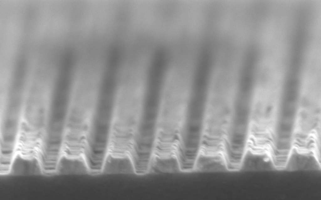 Cette vue grossie montre le profil de la gravure lithographique des codes QR sur un disque de tungstène. La largeur des lignes est de 100 nm. © Institute for Nanotechnology, université de Twente