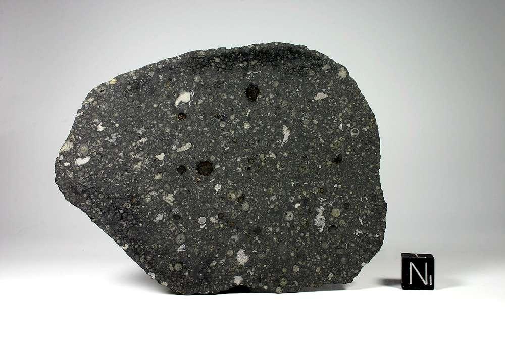 Une coupe d'un échantillon de la météorite d'Allende. © Matteo Chinellato, cc by sa 3.0, Wikipédia