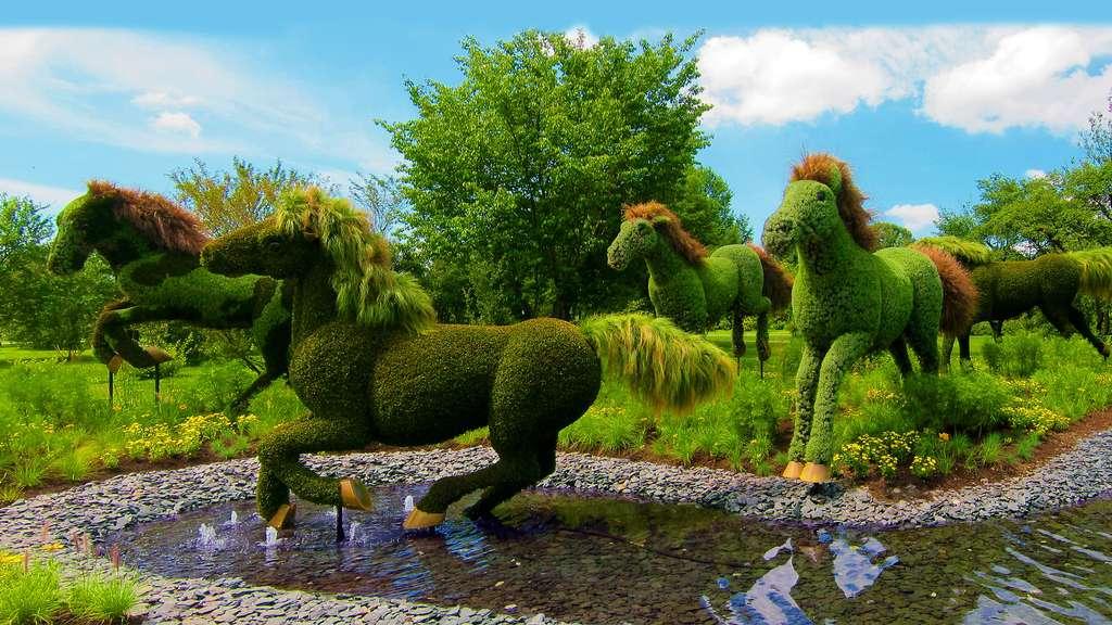 Sculpture végétale représentant les chevaux de la Terre-Mère