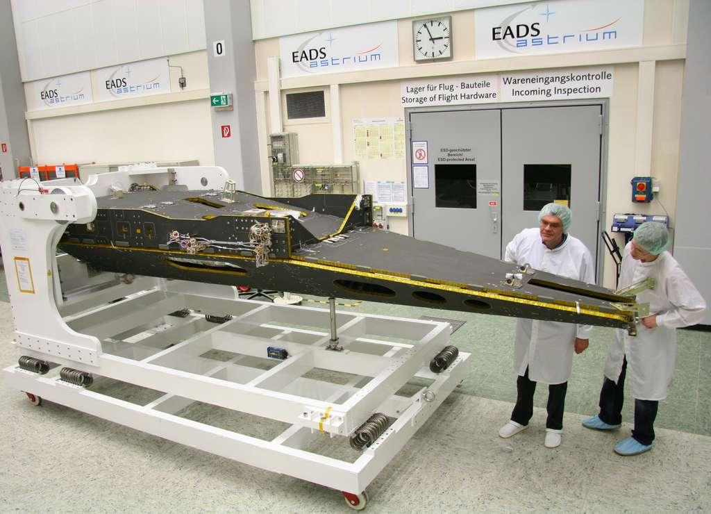 Ces satellites ont une forme très longiligne, inhabituelle pour des satellites d'observation de la Terre. Ils embarquent un magnétomètre absolu à hélium développé par le CEA/LETI. © Astrium 2010
