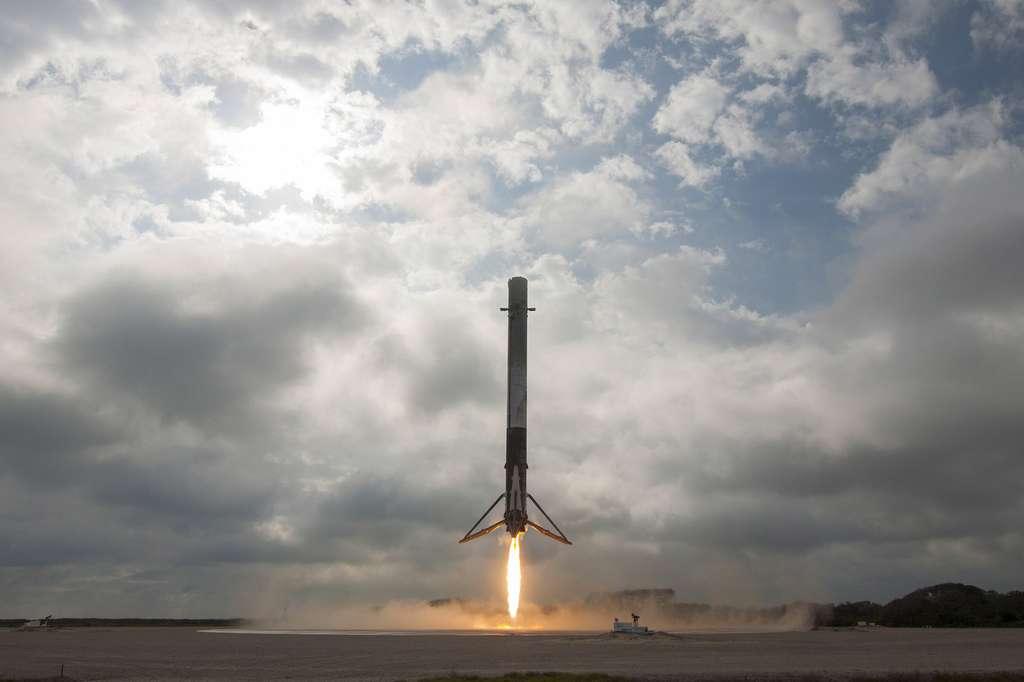 Retour au sol, sur le site d'atterrissage LZ-1 de Cap Canaveral, d'un étage principal du Falcon 9 environ 8 minutes après son décollage (mission CRS-10 à destination de l'ISS, février 2017). © SpaceX