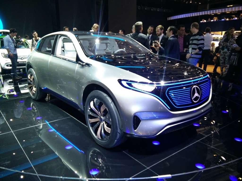 Cette signature lumineuse bleutée sur une calandre dotée d'une partie vitrée se retrouvera sur les dix futurs modèles 100% électriques que comptera la nouvelle marque EQ de Mercedes d'ici 2025. © Sylvain Biget