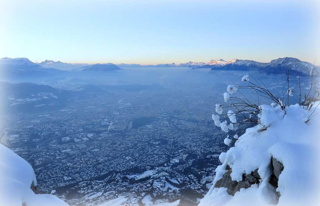 Grenoble est une ville cuvette, entourée par trois grandes chaînes de montagne : la Chartreuse (d'où est prise la photo), Belledone et le Vercors. © Alexis Chmiel, Flickr, cc by nc nd 2.0