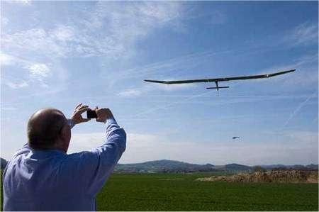 Le Solar Impulse, premier du nom, alias HB SIA, vole ! Suivi par un hélicoptère, il effectue en ce 7 avril 2010 ses premiers essais en vol, aux mains de Markus Scherdel. © Solar Impulse / Keystone / Laurent Gillieron