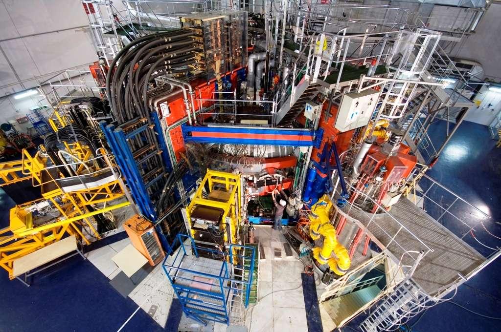 Le tokamak du CEA, Tore Supra utilise des aimants supraconducteurs refroidis à l'hélium liquide. Des matériaux supraconducteurs à température ambiante, s'ils étaient découverts un jour, pourraient sans doute faciliter la construction de réacteurs à fusion similaires. © CEA