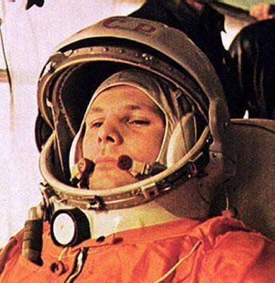 Youri Gagarine dans son vaisseau Vostok 1. Photo d'époque, source inconnue.