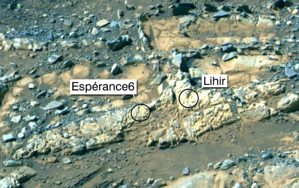 Les rochers abrasés Espérance6 et Lihir se situent dans la région de Matijevic Hill qu'Opportunity continue d'étudier. Cette image en fausses couleurs a été capturée avec sa caméra panoramique lors du 3.230e sol, ou jour martien. © Nasa, JPL-Caltech, université Cornell, université d'État de l'Arizona