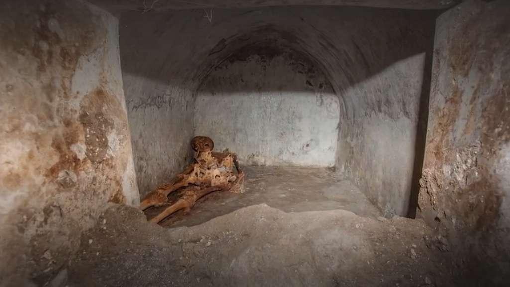 Le corps partiellement momifié de Marcus Venerius Secundo a été retrouvé dans une tombe fermée. © A. Mikoczy, L. Tositti - France 3, France Télévisions