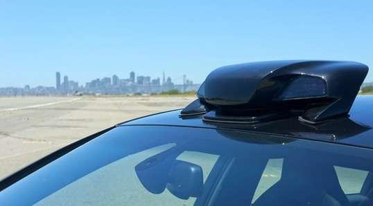 Placé sur le toit de la voiture, le module Cruise RP-1 embarque deux caméras, un radar anticollision, un GPS, une centrale inertielle et une connexion 4G/LTE. Il est relié à des contrôleurs qui commandent la direction, le freinage et l'accélération. Un ordinateur installé dans le coffre de la voiture gère le pilote automatique. © Cruise Automation
