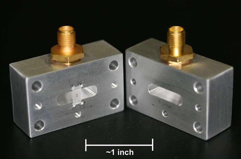 La cavité micro-onde en cuivre ouverte avec, en noir sur une surface translucide, le circuit supraconducteur portant un qubit. Un inch (pouce) vaut 2,54 cm. © IBM Research