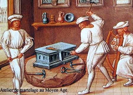 Atelier de martelage au Moyen Âge.
