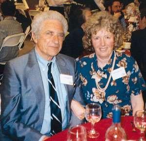 Le prix Nobel de physique Jack Steinberger en compagnie de Cecilia Jarlskog. Cette dernière est l'auteur de travaux célèbres sur la violation CP. Crédit : Cern courrier