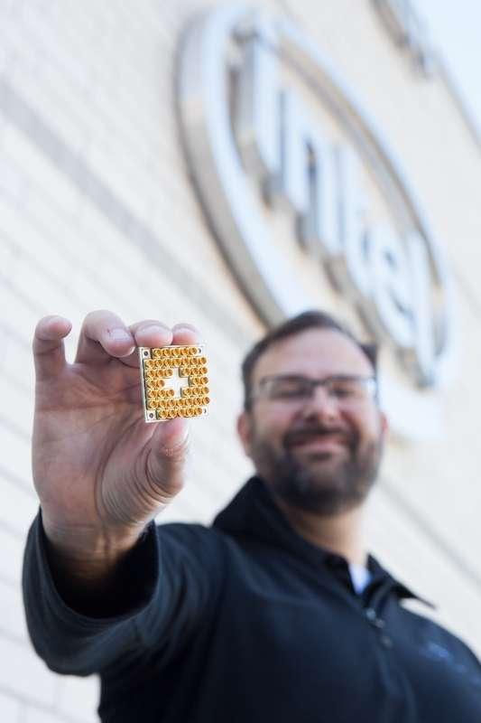 Jim Clarke, directeur de la branche matérielle de la recherche quantique d'Intel, montre la puce 17 qubits supraconductrice. © Intel