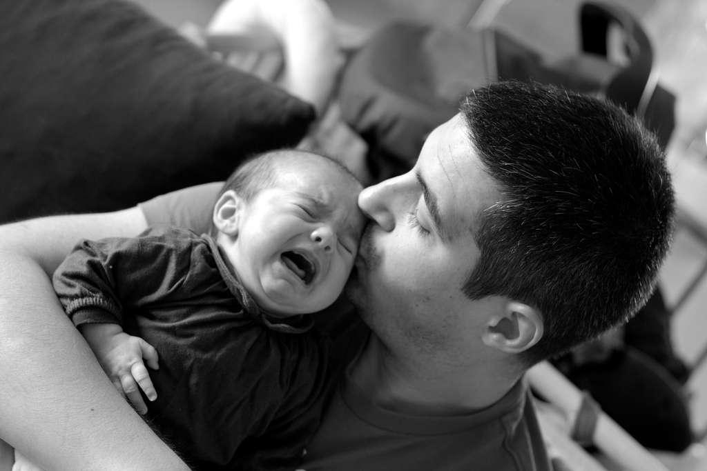 Les papas qui s'occupent beaucoup de leur bébé finissent par bien connaître la fréquence de ses pleurs, et peuvent alors distinguer les cris de leur enfant aussi bien que les mères. © VeZoul, Flickr, cc by nd 2.0