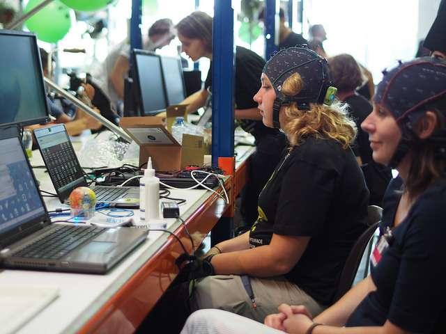 Les interfaces cerveau-machine via un casque EEG sont de plus en plus populaires, comme le montre la multiplication des concours centrés sur la création d'un tel dispositif : Brain Hackaton, Hack the Brain, etc. © Martin Hieslmair, Flickr