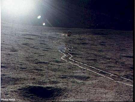 Sur la Lune, les différences de luminosité sont énormes et le relief difficile à deviner. Cette célèbre photo montre les traces de la brouette utilisée par Alan Sheppard et Ed Mitchell durant la mission Apollo 14. © Nasa