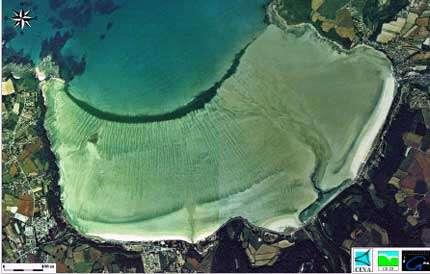 Figure 3. Exemple de vue aérienne de marée verte sur la plage de Saint-Efflam (Côtes d'Armor). La bande vert sombre est créée par la suspension dense d'ulves au bord de l' eau, tandis que les formes dendritiques sont dues aux dépôts d'ulves sur l'estran découvert à marée basse.