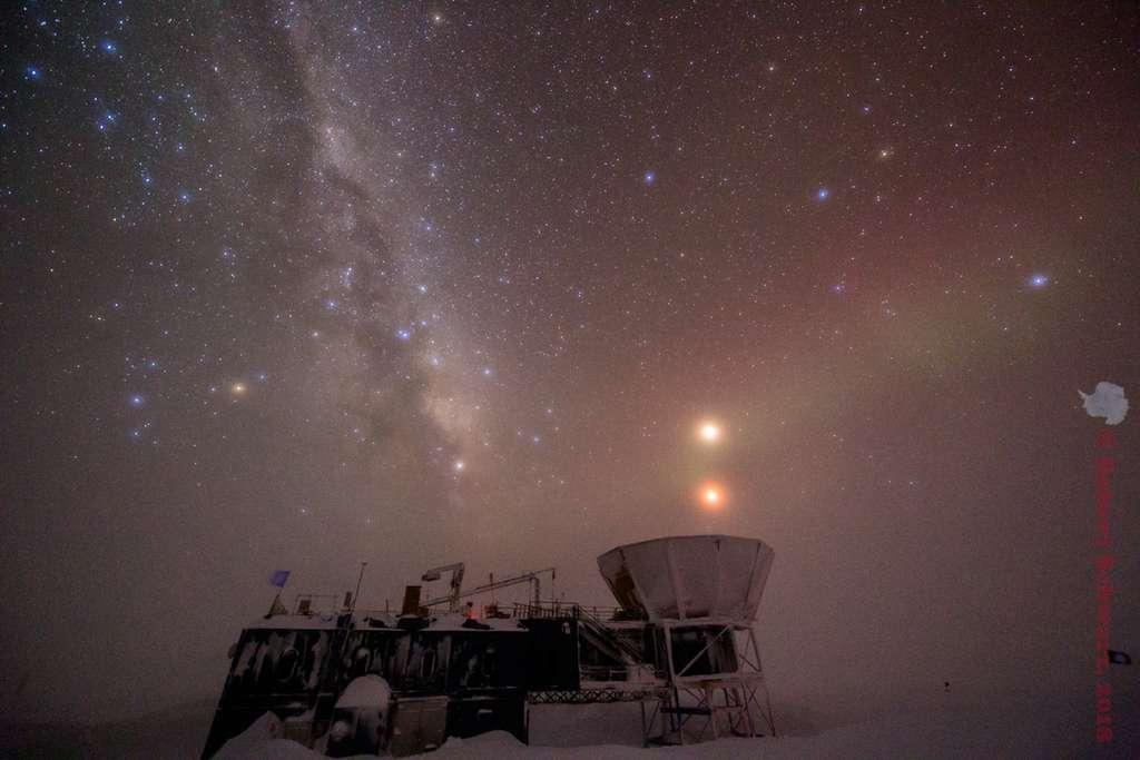 Selon vous, laquelle est Mars ? Celle qui est au-dessus, ou l'autre en dessous ? © iceman, Spaceweather