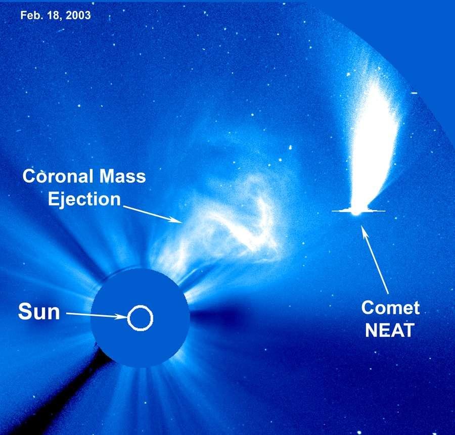 Sur cette image prise le 18 février 2003, le Soleil (Sun) masqué par un coronographe de Soho (le disque bleu sur l'image) venait d'expulser des millions de particules chargées dans le milieu interplanétaire (Coronal Mass Ejection). Au même moment, la comète NEAT (Comet NEAT), découverte en 2002, traversait le champ d'observation. C'est une des 15 images retenues par la Nasa pour un concours. Vous pouvez voter pour votre préférée ici. © Soho, Esa, Nasa