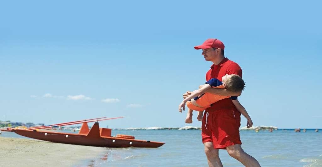 Quels sont les signes de la déshydratation ? Ici, sauvetage d'un enfant qui se noyait au large. © Kadmy, Fotolia