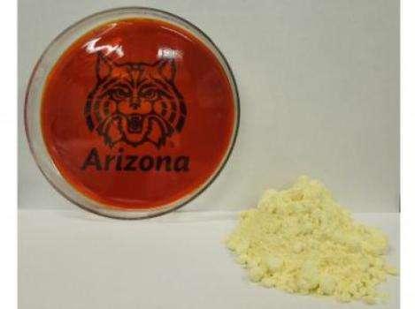 Le plastique présenté à gauche de l'image a été synthétisé à partir de soufre (tas jaune à droite). Il serait peu coûteux à produire car cette matière première ne manque pas dans les raffineries. © Jared Griebel, Pyun lab, University of Arizona