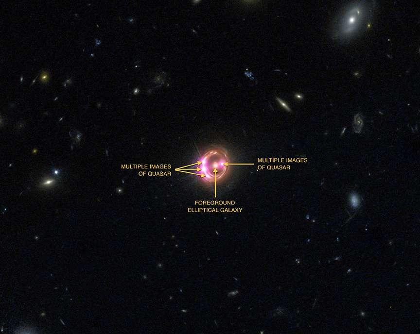 La galaxie elliptique responsable de l'anneau d'Einstein est bien visible en son centre sur cette image. De part et d'autre sur l'anneau, on voit les images multiples du quasar RX J1131-1231. La mesure précise du moment cinétique d'un trou noir supermassif sur ce quasar bat un record de distance avec six milliards d'années-lumière. Précédemment, les records étaient de 4,5 et 2,7 milliards d'années-lumière. © Rayons X : Nasa, CXC, université du Michigan, R. C. Reis et al. ; optique : Nasa, STScI