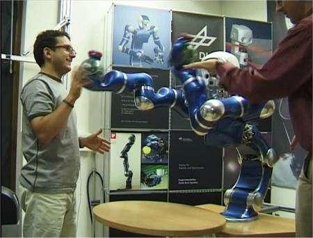 Des chercheurs allemands jouent avec un robot armé de deux bras LWR, qui ne devront jamais blesser. Cette image est extraite d'une des vidéos proposées par le laboratoire. © Institute of Robotics & Mechatronics/DLR