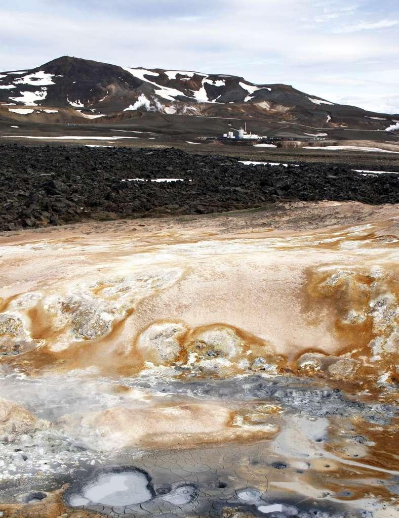 Au premier plan la source chaude de Leirhnjúkur et à l'arrière plan la station de forage. Entre les deux on voit les coulées basaltiques des années 1974 à 1985. © W. Elders, UC Riverside