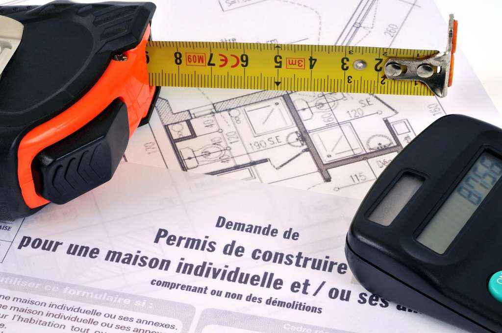 La demande de permis de construire se fait sur formulaire cerfa n° 13406*03. Établi en quatre exemplaires, le dossier est adressé par pli recommandé avec AR ou déposé directement à la mairie dont dépend le site de construction. © angouleme.fr