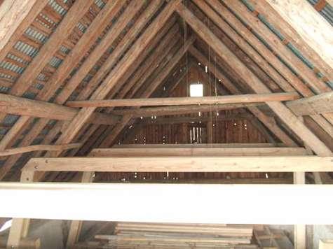 Charpente ancienne à chevronnage irrégulier mais relativement plan. © www.eaudolle.over-blog.com