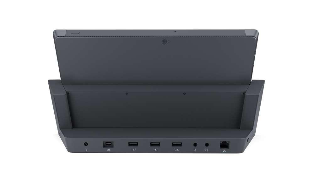 La station d'accueil destinée aux Surface Pro ou Surface Pro 2 vue de dos. Elle dispose d'une série de connecteurs et de ports (Ethernet, USB, micro, casque, DisplayPort) qui permettent de brancher moniteur, clavier, imprimante ou encore disque dur. © Microsoft