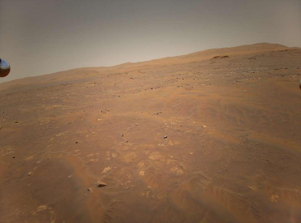 Parmi les différentes possibilités de coopération entre un rover et un véhicule aérien, les points de vue que peuvent offrir les véhicules aériens peuvent améliorer le rendement des rovers. Cela permet d'identifier les sites d'intérêt, les obstacles ou tracer des cartes par exemple. Cette image a été acquise par Ingenuity depuis une hauteur de seulement quelques mètres et démontre tout l'intérêt de disposer d'un véhicule aérien. © Nasa, JPL-Caltech