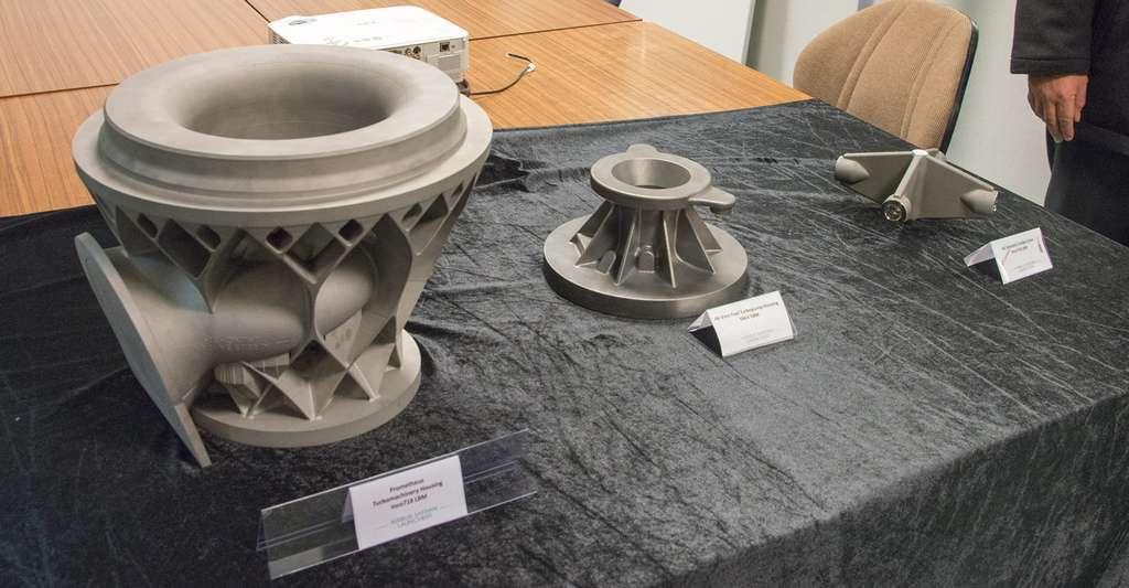 Quelques exemples de pièces en impression 3D d'ArianeGroup avec, de gauche à droite, une pièce pour le moteur Vulcain 2, le moteur Vinci et Prométhée. © Rémy Decourt