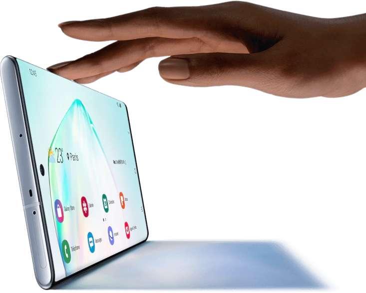 L'écran du Galaxy Note 10 vient à fleur des bordures incurvées. Pour étendre l'affichage en haut, le capteur à selfies se présente sous la forme d'un petit trou centré. © Samsung