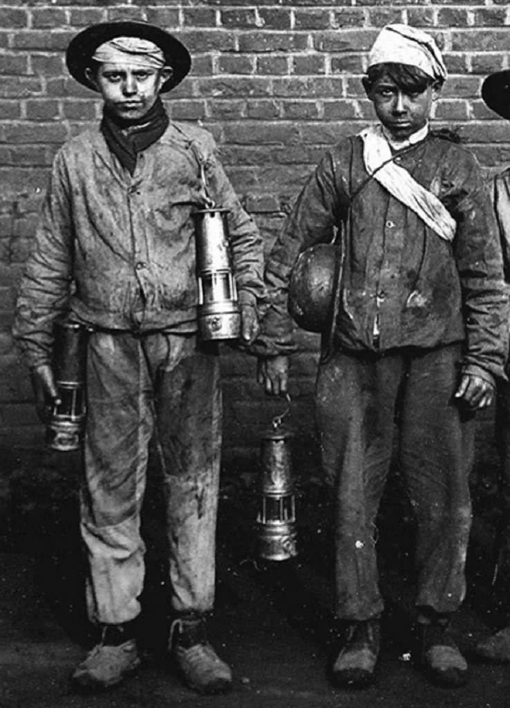 """""""Galibots"""", jeunes garçons envoyés dans les galeries trop étroites pour les adultes, vers 1910. Blog d'André de Marles. © blogspot.com."""