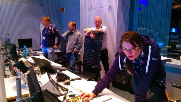 Darmstadt. Centre des opérations de l'Esa. Vendredi 14 novembre, minuit. Les données de Philae, après un contact intermittent, commencent à défiler sur les écrans. © Esa