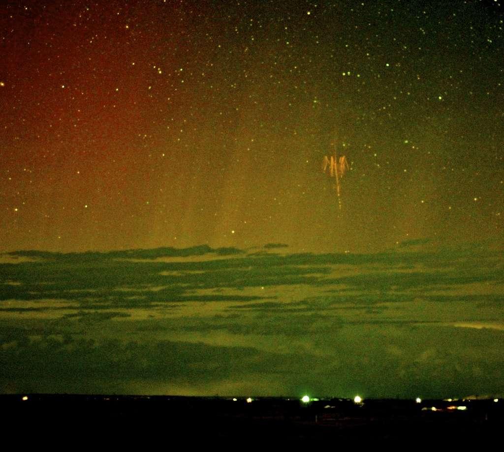 Il y a quelques jours, Walter Lyons a été le premier à enregistrer l'image de farfadets sur fond d'aurore boréale depuis le Dakota du Sud. © Walter Lyons, FMA Research, WeatherVideoHD.TV