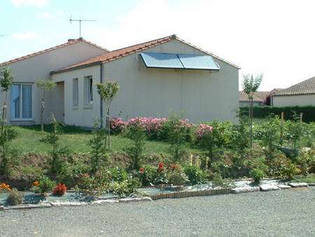Selon les goûts et les possibilités,les capteurs solaires ne sont pas seulement posés sur un toit. Ils peuvent être intégrés dans la toiture, posés sur un pignon. © Giordano Industries - Tous droits réservés
