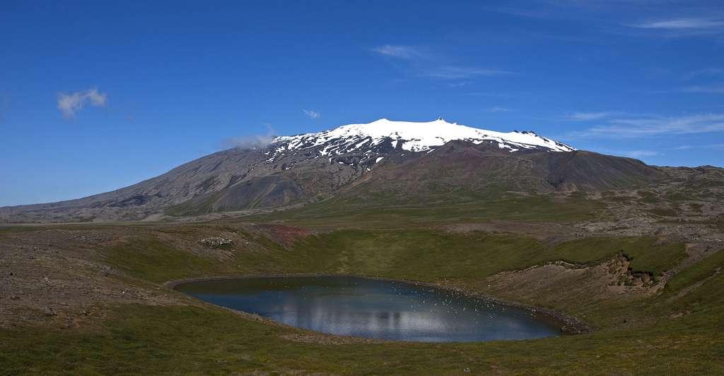 Les explorateurs du célèbre ouvrage Voyage au centre de la Terre parviennent aux profondeurs terrestres en passant par le cratère du volcan Sneffels (c'est-à-dire le Snæfellsjökull, en Islande). © Ymblanter, CC by-sa 4.0