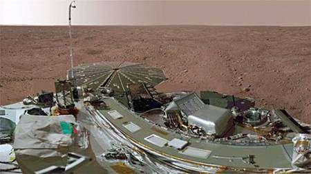 Phoenix vue par elle-même, montrant un des deux panneaux solaires (photo prise durant l'été martien). Crédit Nasa