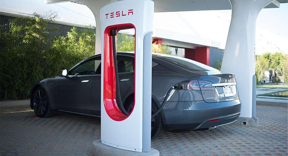 Une voiture Tesla en charge à une station Supercharger. © Tesla
