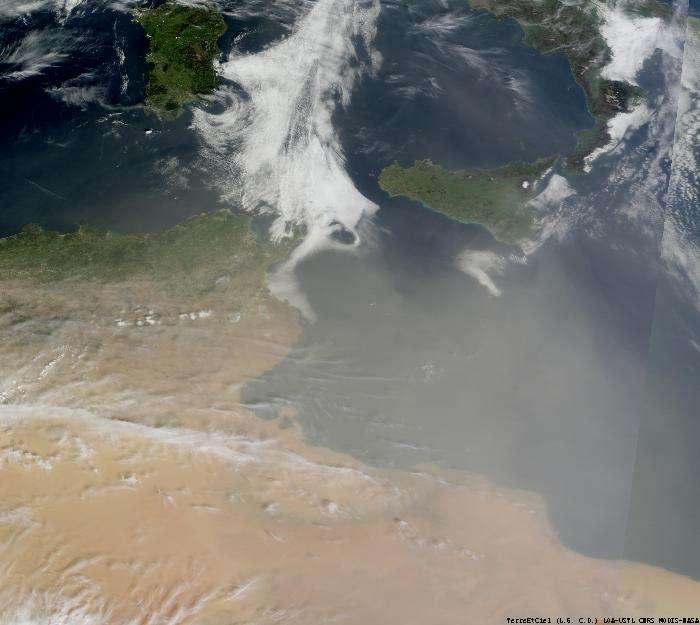 Le profond golfe de Gabès, au sud de la côte tunisienne, que l'on voit ici un peu à gauche du centre de l'image, sous le sable du désert emporté par les vents, est aussi connu pour ses marées exceptionnelles, surprenantes en Méditerranée. © DR