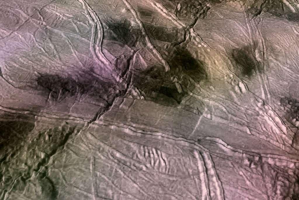 Vues en perspective de fractures à la surface d'Europe formées lors de la vraie dérive du pôle. Les grandes fissures traversant la scène de la gauche à en haut à droite ont une largeur d'environ trois kilomètres et une profondeur de 200 mètres. Les doubles crêtes traversant la scène sont de largeur similaire. © P. Schenk, USRA-LPI