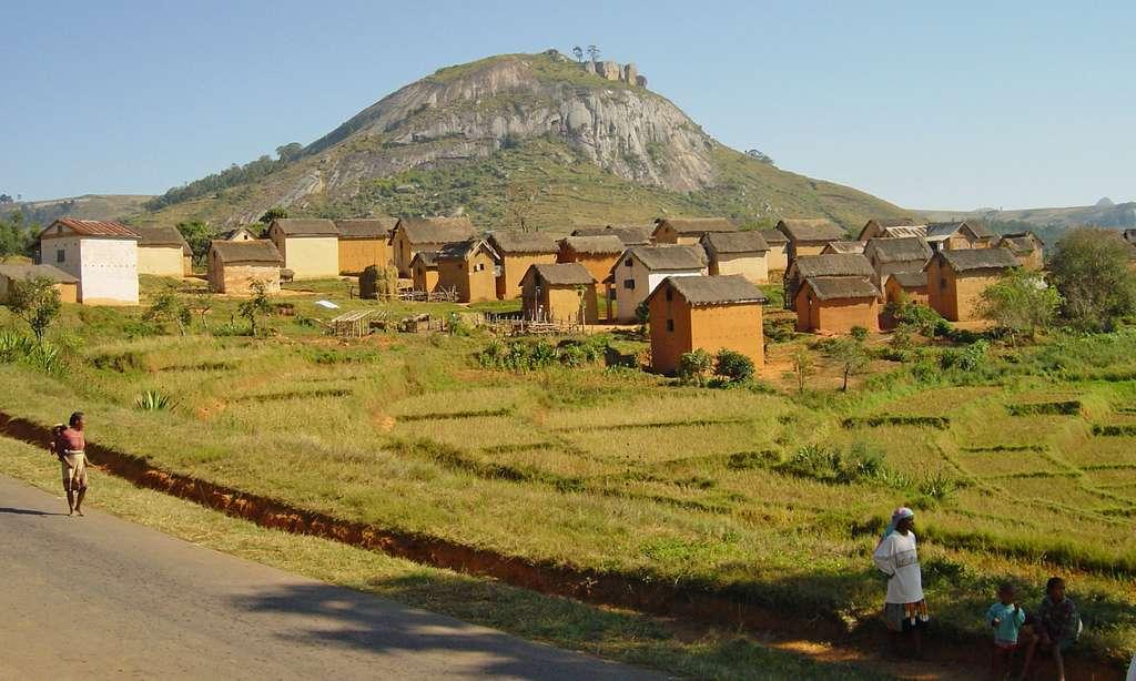 Village traditionnel le long de la nationale 7, Madagascar