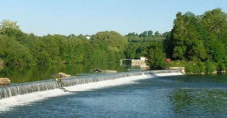 Chute d'eau sur la Charente près de Basseau à l'écluse de Touérat, Fléac. Partez faire du tourisme en Charente pour découvrir ces merveilles ! © Jack Ma licence Creative Commons Paternité – Partage des conditions initiales à l'identique 3.0 Unported, 2.5 Générique, 2.0 Générique et 1.0 Générique