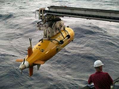 Le robot Autosub6000 s'apprête à plonger pour descendre à cinq kilomètres sous la surface, là où l'homme ne va plus. © NOCS