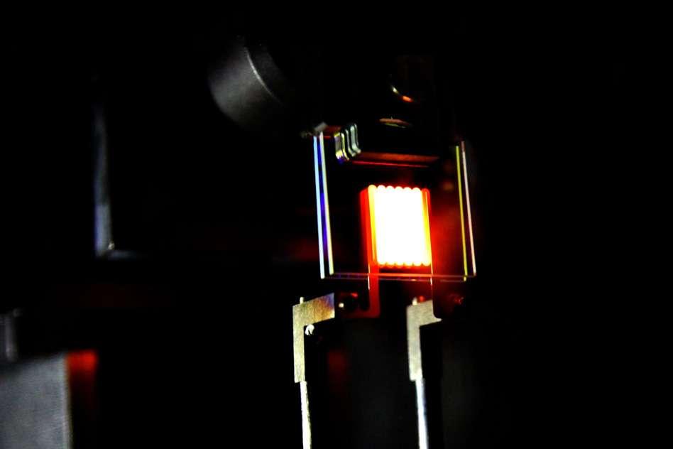 Des chercheurs du MIT (Massachusetts Institute of Technology) et de la Purdue University, aux États-Unis, ont mis au point une ampoule à incandescence nouvelle génération. Dans un premier temps, celle-ci brille comme le ferait une lampe classique. Mais, grâce à un filtre que les chercheurs ont spécialement conçu, l'énergie perdue sous forme de chaleur est recyclée pour être convertie en lumière. De quoi améliorer drastiquement l'efficacité de ces dispositifs. © Ognjen Ilic, MIT Image