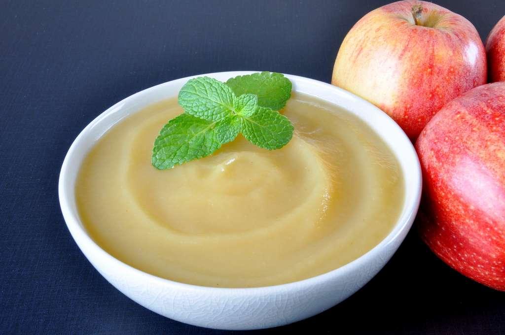 La compote de pomme ou de rhubarbe. © kmlbak, Adobe Stock