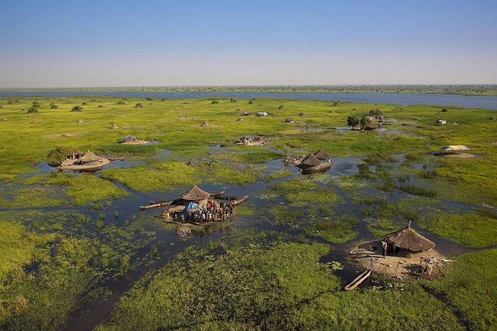 Les Jieng pratiquent l'agro-pastoralisme sur les immenses étendues de marais, de savane, et de savane arborée de la vallée du Nil blanc, au Soudan du Sud. © Yann Arthus-Bertrand